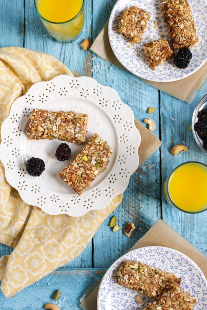 Homemade Protein Granola Bars! No refined sugar or fake ingredients. 100% healthy ingredients and natural sweeteners. Kid-friendly! Perfect for a quick breakfast or hearty snack. Freeze extra bars for busy days!