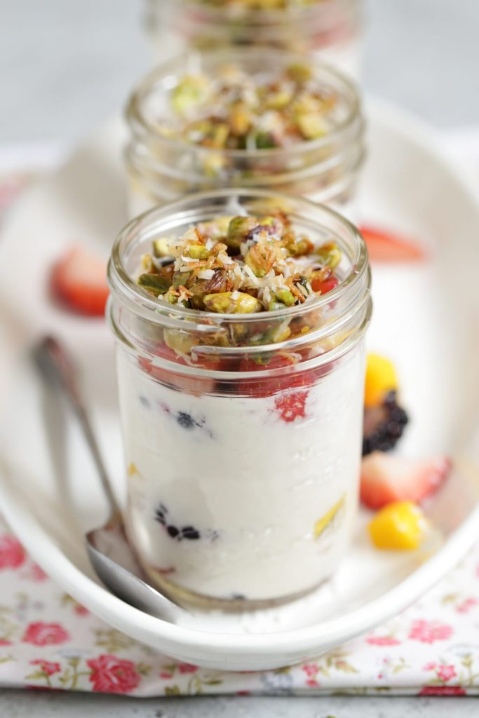 So good and healthy! Homemade fruit and yogurt parfaits you can make in advance for a super fast and healthy weekday breakfast. Perfect for the whole family.