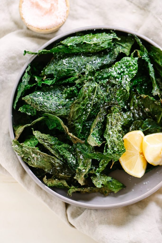 How to make kale chips. Making kale chips at home is so easy. Plus, even kale haters love these chips. Win!