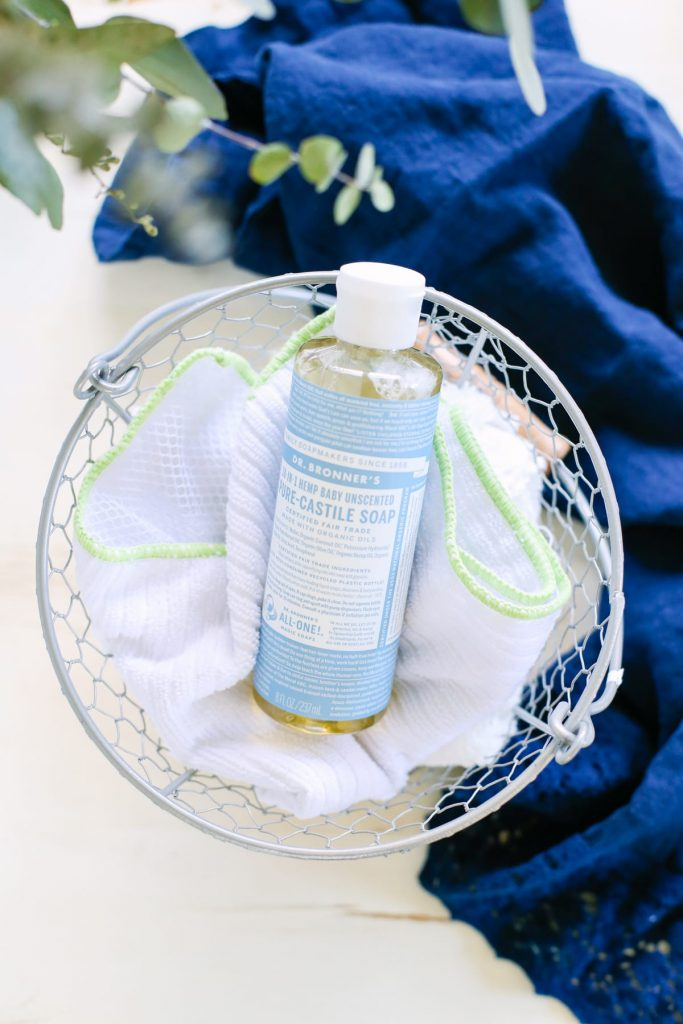 Homemade Dusting Spray: A super easy 3-ingredient spray to help banish dust... because cleaning doesn't need to be complicated!
