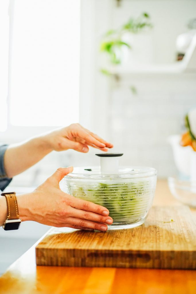 how to dry lettuce in a salad spinner